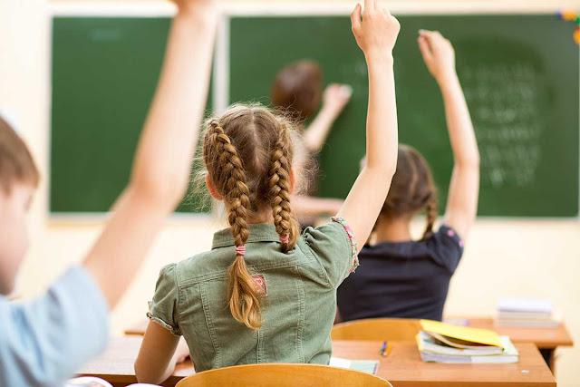 μαθητές μέσα στη σχολική αίθουσα