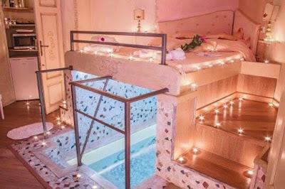 Decoración de hogar : Habitación con piscina debajo de la cama
