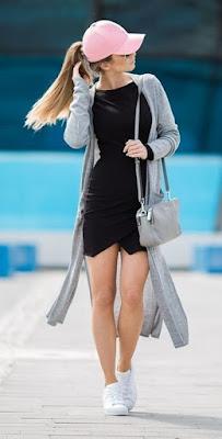 Vestido com boné e tênis