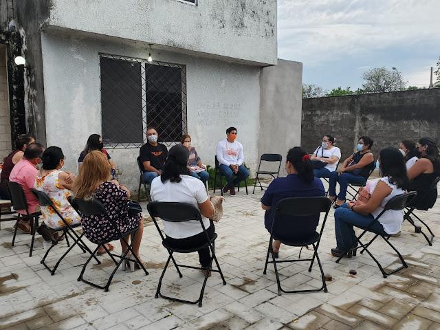 """Vamos por una Mérida más justa: Víctor Cervera  Mérida, Yucatán a 22 de mayo de 2021.- """"Con el apoyo de la ciudadanía, podemos lograr que Mérida sea una ciudad más justa para todas las personas"""", afirmó Víctor Cervera, candidato de Movimiento Ciudadano a la presidencia municipal.  En reunión con maestras de Educación Especial, profundizaron en el tema de la inclusión y la importancia de la visibilidad de las discapacidades para ofrecer un trato justo a las personas que las tienen.  """"A veces se piensa que con poner un letrero de discapacidad o pintar una rampa se solucionan las necesidades de las personas con alguna discapacidad, pero en realidad hace falta ir más allá"""", dijo Víctor.  Indicó que desde el Ayuntamiento """"tenemos que trabajar para desde que salga la persona con discapacidad a la calle puedan trasladarse y hacer sus actividades como toda la ciudadanía, esa es una verdadera inclusión"""".  Asimismo, comentó que desde el gobierno municipal, se impulsará el respeto y la tolerancia, pero sobre todo la inclusión social para todas las personas, porque de esa forma es posible avanzar hacia una sociedad más justa.  """"Con un Ayuntamiento consciente de sus tareas sociales, que respete y escuche a las y los ciudadanos, tendremos un nuevo trato para la gente, uno que nos tome en cuenta por igual, sin discriminaciones y que responda a las necesidades de cada sector de la comunidad"""", dijo.  """"Mérida puede ser una ciudad realmente justa con todas las personas que vivimos aquí, si tomamos conciencia de que los derechos y oportunidades deben ser iguales para todos. Todo empieza con voluntad, y nosotros vamos a hacerlo"""", dijo."""