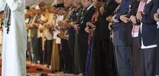 Melihat Najis Di Pakaian Imam, Apa yang Harus Dilakukan?