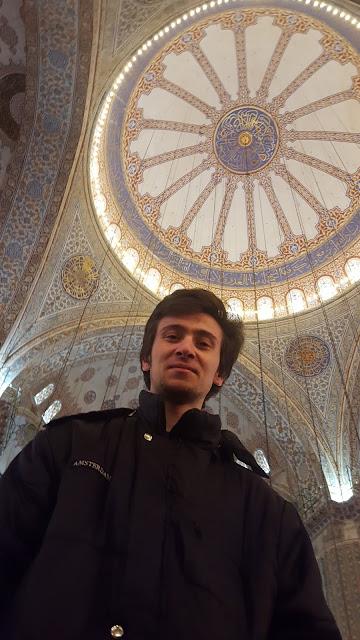 Harun İstenci İstanbul'da Sultanahmet Cami'sinin içinde, Sultanahmet Cami'sinin kubbesi.