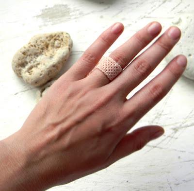 Ажурное кольцо из бисера нежно-лососевого цвета