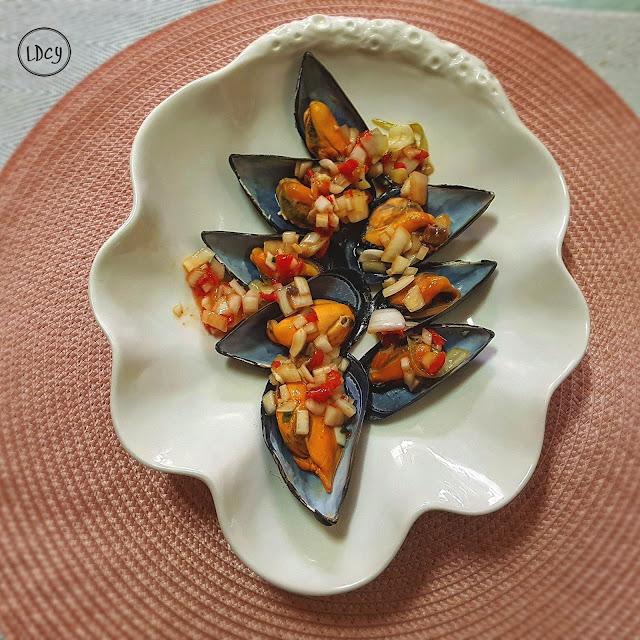 Mejillones Con Salpicón De Pimientos Del Piquillo, Anchoas Y Cebolleta