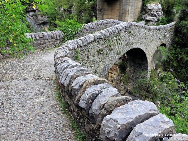 Puente medieval en el Cañón de Añisclo, Aragón