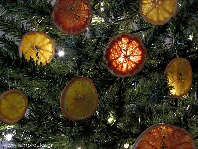 Αποξηραμένες φέτες φρούτων χριστουγεννιάτικα στολίδια.