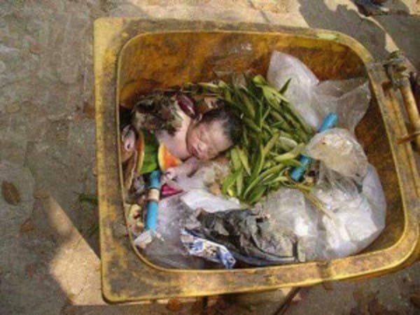 Бездомный воспитал девочку, которую мать выбросила на помойку (9 фото)
