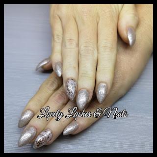 Foto van nagels met glitter gellak en marble nailart in Dronten op www.lovelylashesnails.nl