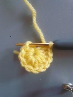 長編み11目を編み入れ、はじめの鎖編みにつなぐ