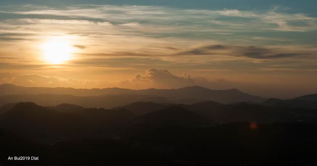 Bình minh trên đỉnh Hòn Bồ