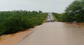 Água na BR-030 entre Tanhaçu e Brumado