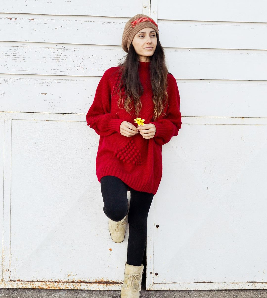 Suéter rojo con boina café con rojo de colección Viento Sur