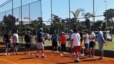 O tenista Fernando Meligeni - em primeiro plano - realizou uma clínica com parte dos convidados.