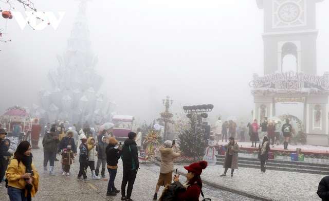 Tourists immerge in the Fansipan winter festival amidst extremely cold
