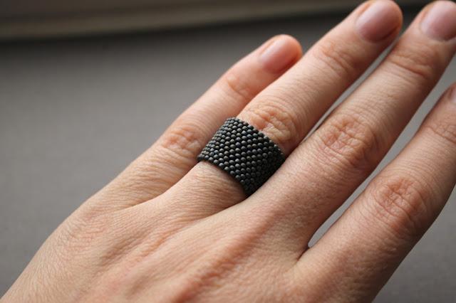 купить Лаконичное серое матовое кольцо из бисера. Женское / мужское кольцо на палец