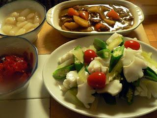 ビーフカレーとイカとセロリのサラダ