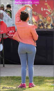 Mujeres bonitos traseros jeans apretados
