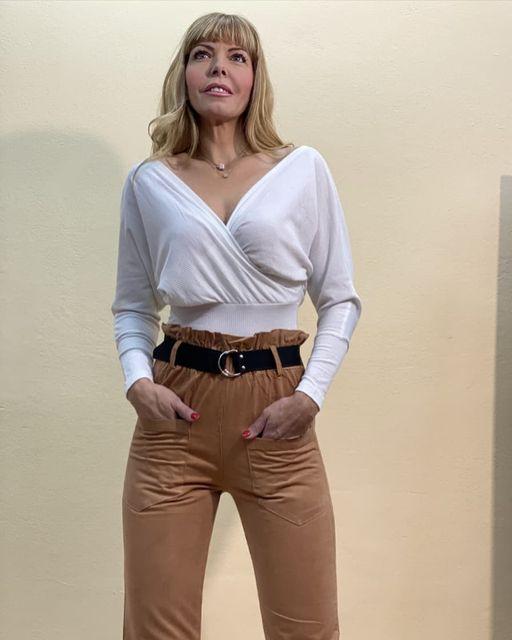 Μπλούζα λευκή & ψηλόμεσο παντελόνι
