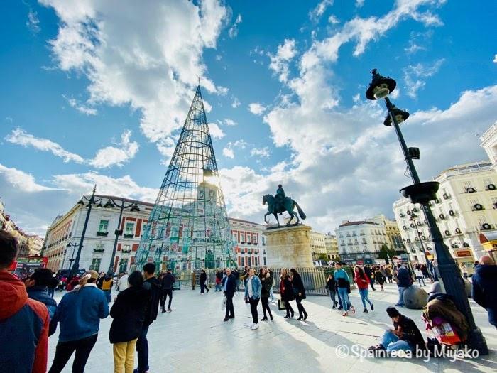 スペインのマドリードの中心街にあるソル広場のクリスマス・ツリー