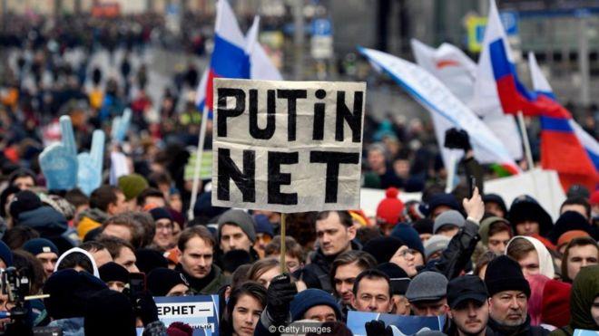 Por qué los esfuerzos de Rusia y China para poner fronteras a internet suponen el fin de la red tal y como la conocemos