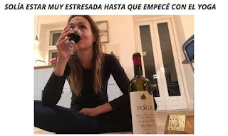 Mujer estresada se relaja bebiendo vino marca yoga