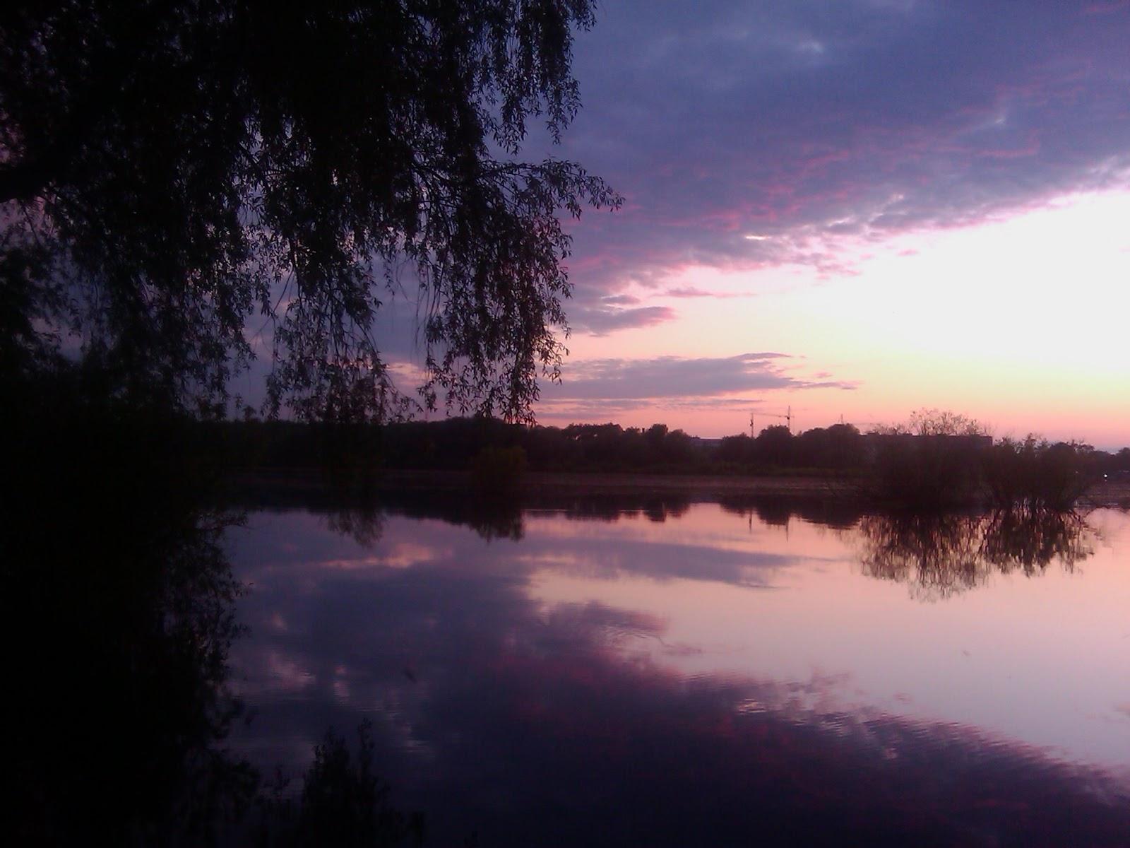 Красочный закат солнца над рекой