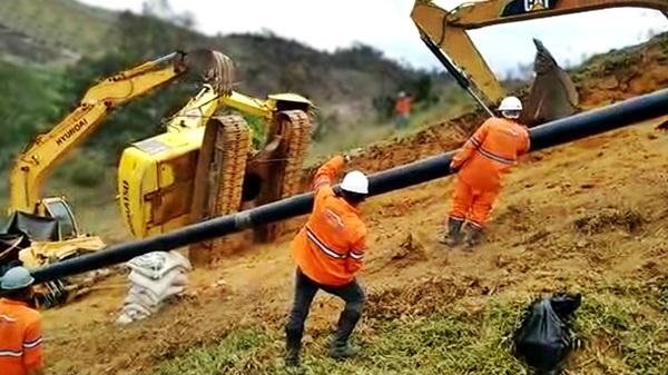 escavadeira tomba durante escavação de gasoduto
