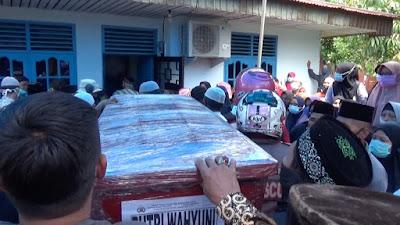 Isak Tangis Sambut Jenazah Putri Wahyuni, Korban Sriwijawa Air