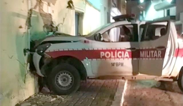 Viatura da PM colide com muro durante perseguição no Sertão