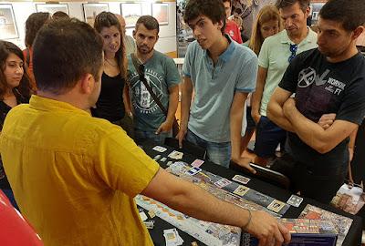 pessoas atendendo as regras do Jogo de Tabuleiro do Porto
