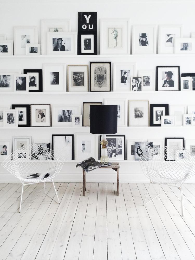 Solución muy original para vestir la pared y el ambiente con fotografías y marcos de distintos tamaños