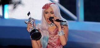 Η Lady Gaga τραγούδησε στη σκηνή του ουράνιου τόξου του Apple Park