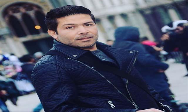 ياسر فرج ينشر صورة له بصجبة أولاده في أول عيد أم بعد وفاة زوجتة