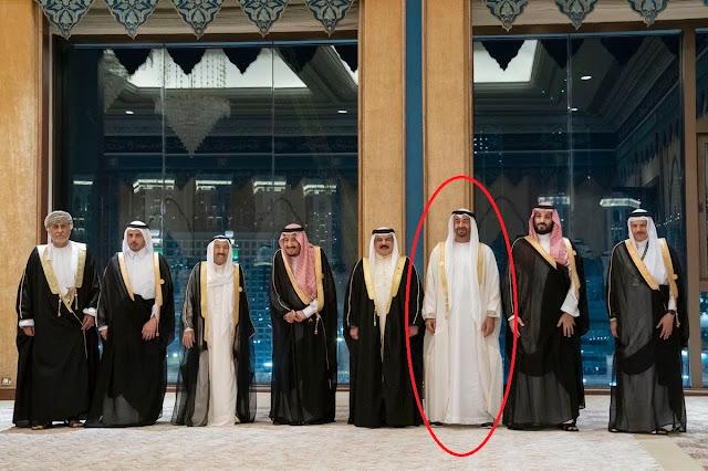 """""""شاهد"""" خالِف تُعرف .. ابن زايد يُثير سخرية واسعة بسبب مخالفته البروتوكول في القمة الخليجية"""