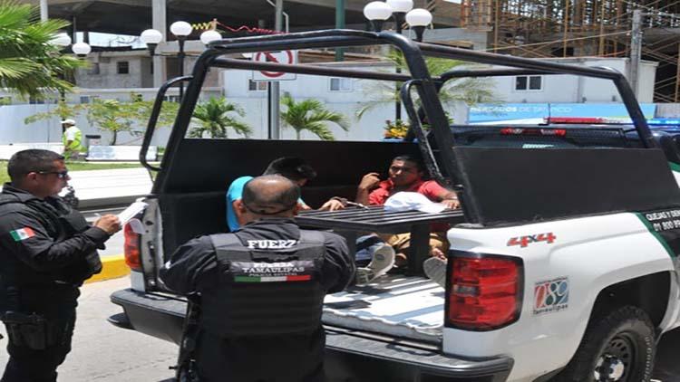 POLICÍAS DETIENEN A 2 MARINOS QUE ANDABAN HACIÉNDOSE LOS SICARIOS ESPANTANDO A LA GENTE DE TAMAULIPAS.