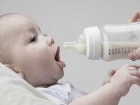 Kebutuhan Air Putih Untuk Anak Bayi dan Mitosnya yang Beredar di Masyarakat