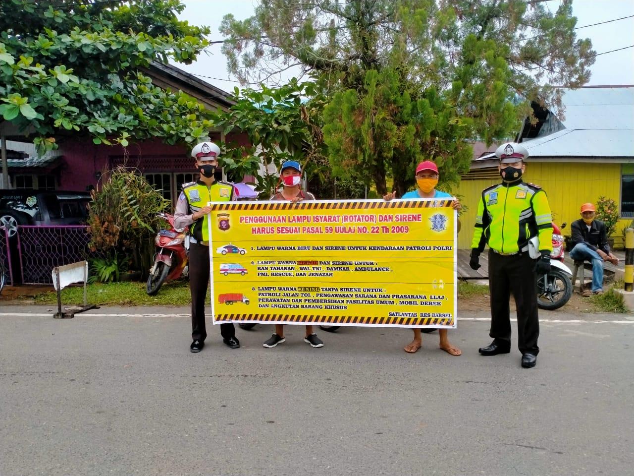 Sambil Gatur Lalin, Personel Satlantas Polres Barsel Sosialisasikan Pasal 59 UULAJ No 22 Tahun 2009