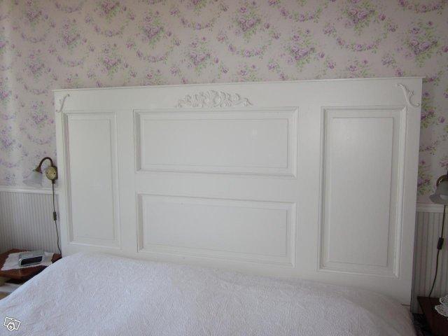 Kärlek på tre blev kärlek på fyra Gammal dörr ny sänggavel