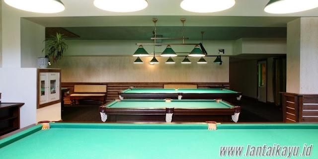 ide dekorasi ruang billiard - gunakan lampu gantung