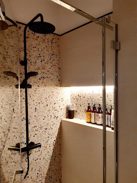 gres terrazzo hika; kabina prysznicowa na wymiar; wnęka na kosmetyki podświetlana; bateria prysznicowa czarna