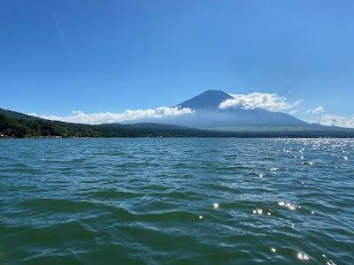 山中湖上から見る富士山