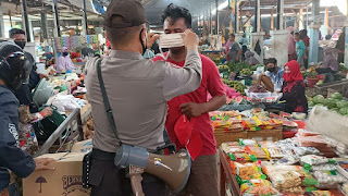 Patuhi Protkol Pemerintah Binmas Polres Enrekang Bagikan Masker Di Pasar Enrekang