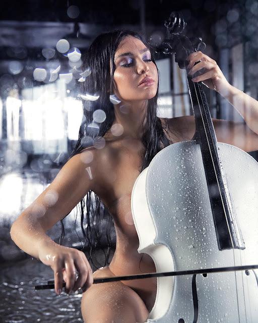 المغنية اللبنانية قمر تثير ضجة بنشرها صوراً عارية تماما على انستغرام