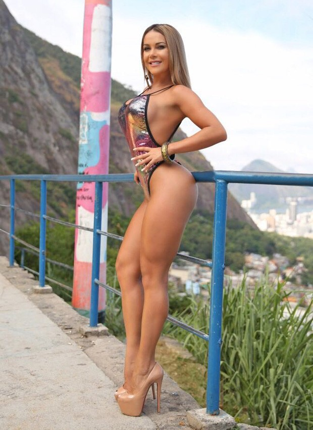 GIL JUNG PUTS ON A SWIMSUIT