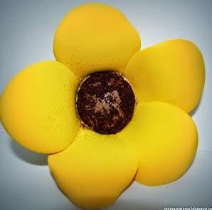 http://echoamanosu.blogspot.com.es/2012/03/les-dejos-estas-flores-en-goma-eva.html