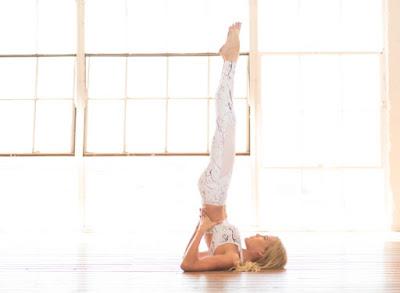 Tư thế Đứng bằng vai (Shoulder Stand Yoga Pose)