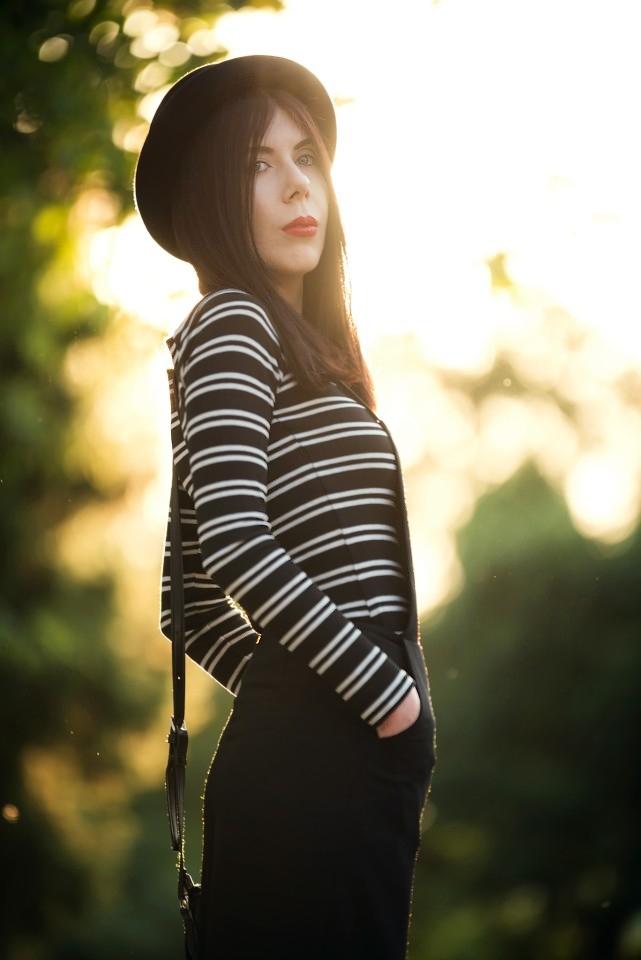 szerokie ogrodniczki | stylizacja z ogrodniczkami | bluzka w paski | moda alternatywna | zdjęcie o zachodzie słońca | stylizacja z kapeluszem | bluzki bez ramion | blog o modzie | blogerka modowa