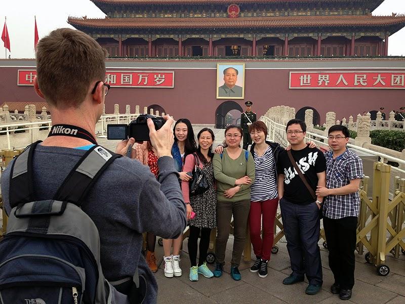 Touristes chinois qui posent devant la Cité interdite