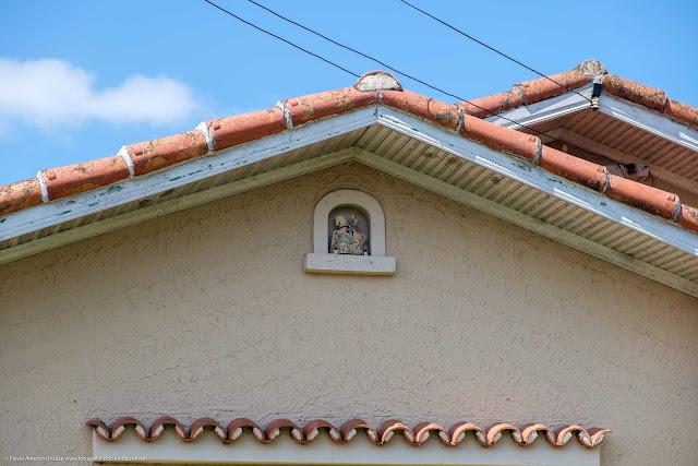 Detalhe de capelinha com São Jorge e seu cavalo em um residência