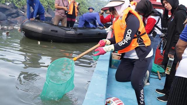 Foto Istri Kapolri Angkat Sampah, Saat Menyebutkan Deklarasi Laut Bersih